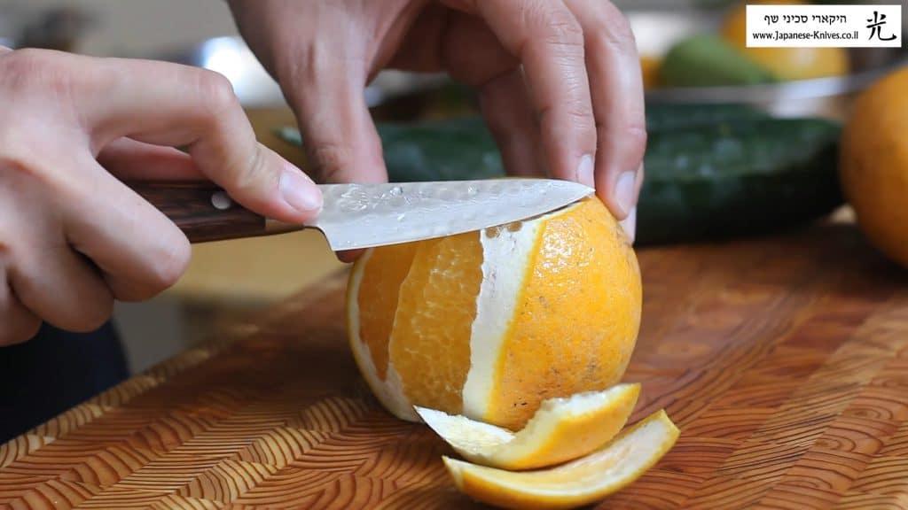 חיתוך תפוז בעזרת סכין שף