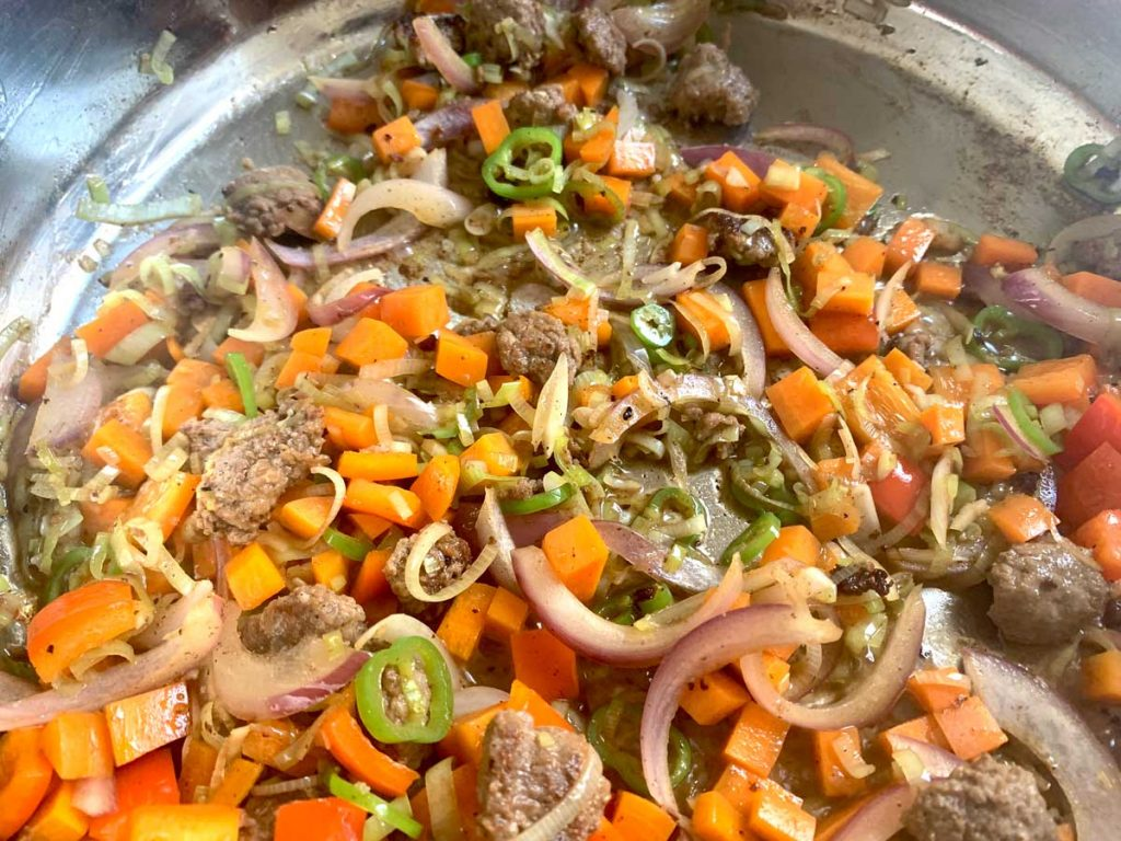 אורז מטוגן עם נקניקיה מהקצב בסיום הבישול