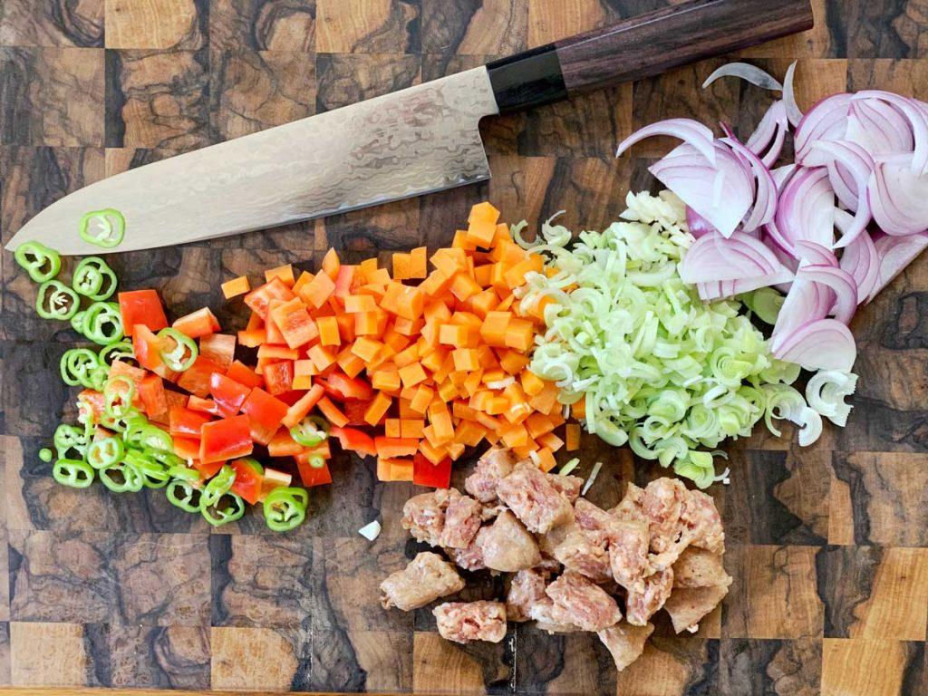 אורז מטוגן עם נקניקיה מהקצב - ירקות חתוכים