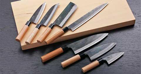 קרש חיתוך עם סכיני מטבח