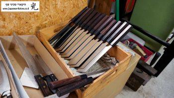 ארגז שבתוכו מאוחסנים סכיני שף מוכנים המחכים לאריזה